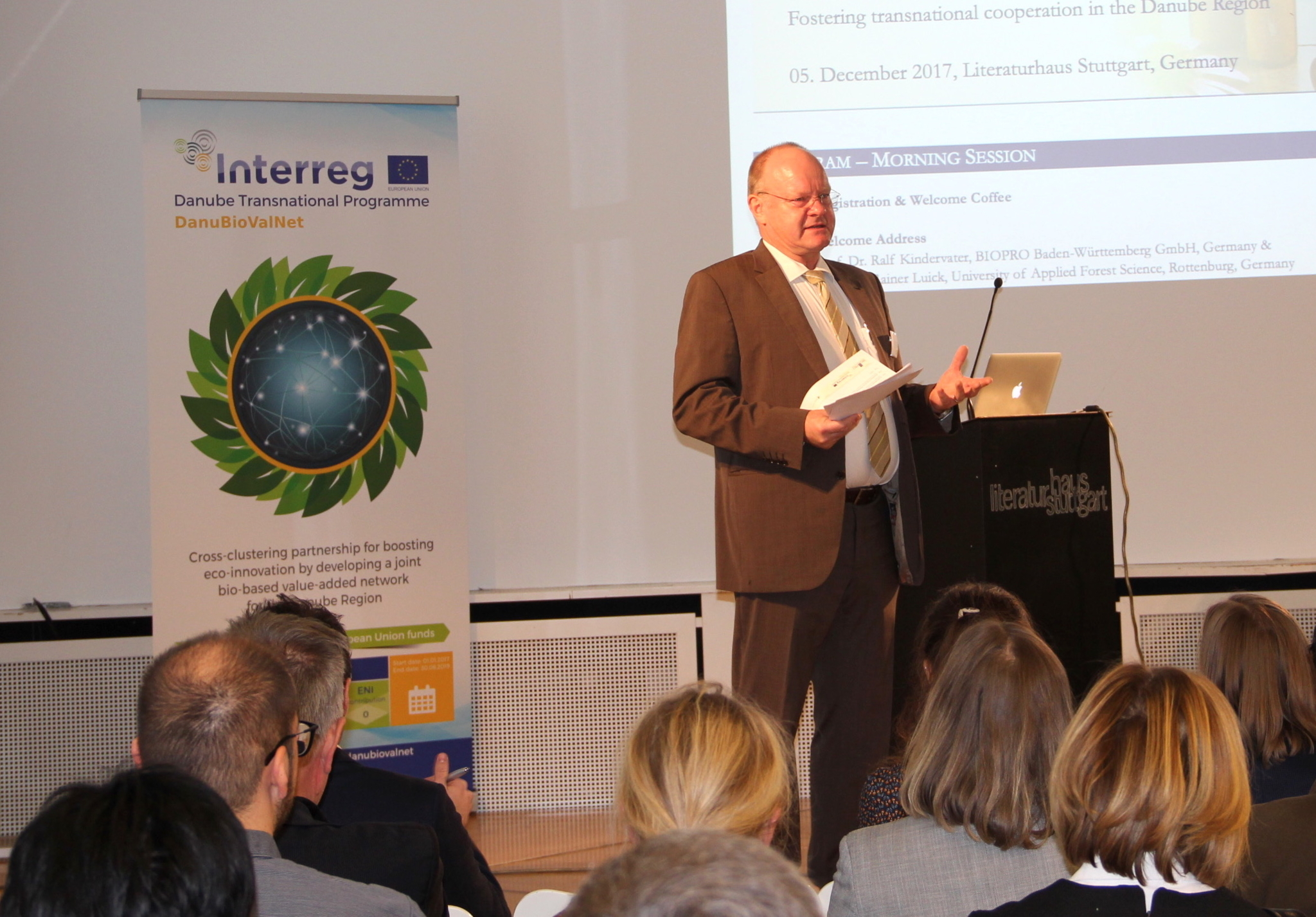 Photo of Prof. Dr. Ralf Kindervater speaking to an audience.